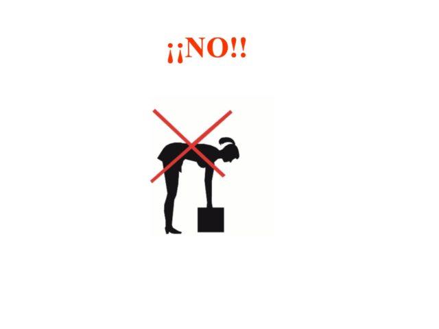 Mujer agachada levantando una caja, marcado con el texto ¡NO!