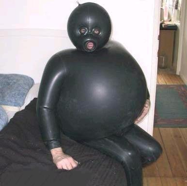 Persona con disfraz de buzo de goma negra hinchado de aire