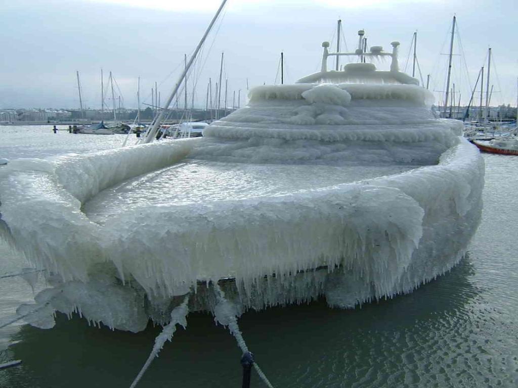 Barco cubierto de hielo
