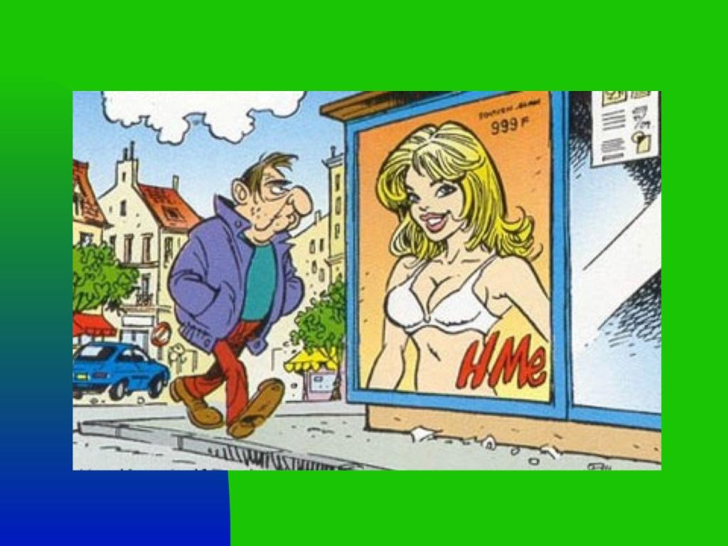 Hombre delante de un cartel publicitario que muestra a una mujer